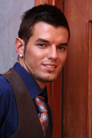 durchbohrt: Junge Menschen stellen in doreway mit Hemd und Krawatte