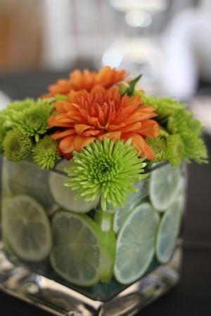Een prachtige regeling van bloemen op tafel bij de receptie Stockfoto