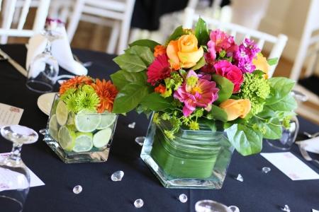 arreglo floral: Un hermoso arreglo de flores en la tabla en la recepci�n