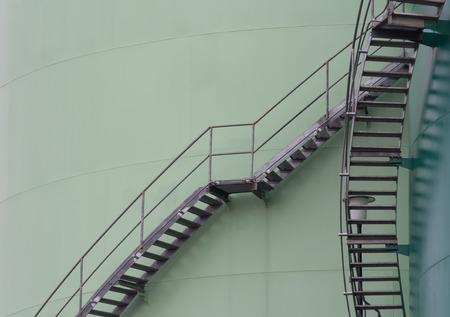 scala in acciaio attorno ai serbatoi di stoccaggio del carburante