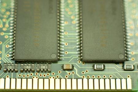 zwei symmetrische Computer elektronischen Chips auf grün Cirquit Board mit glänzend gelbes gold connector