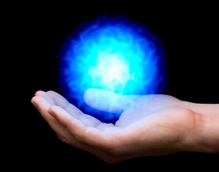 bola de fuego azul de poder por parte del hombre Foto de archivo