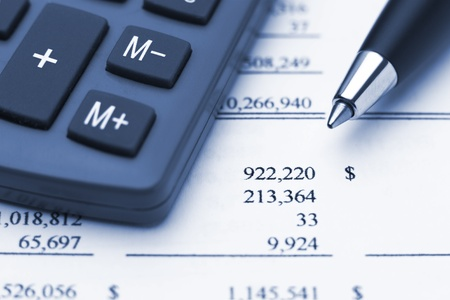 Bule Makro der Rechner, Finanz-Jahresbericht und Stift, die auf große Summe in Dollar zeigen Lizenzfreie Bilder