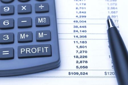 Makro-blau-Rechner mit zusätzlichen Button zur Berechnung von Gewinn, Spalte mit verschiedenen Zahlen und Gesamteinkommen, close-up pen