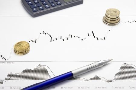 Forex wachsenden Diagramm auf weißem Papier mit multiplizierten Münzen zeigen Gewinn an einer Börse