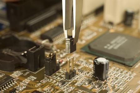 Expert ist elektrische Jumper auf Hauptplatine Kontakte mit Miniatur-Pinzette, elektrische Schaltung Sperren setzen