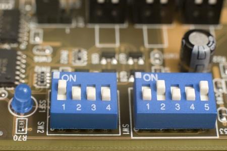 Makro des kleinen blauen Schalter und blau führte auf Platine