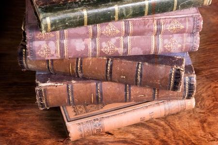 Stapel von Antiquarische Bücher sichert auf bejahrt hölzerne Hintergrund Archiv entnommen