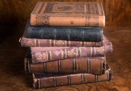 Stapel von Antiquarische Bücher auf bejahrt hölzerne Hintergrund Archiv entnommen Lizenzfreie Bilder