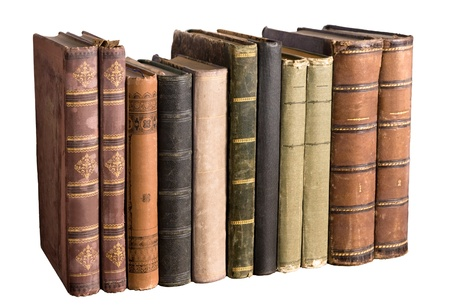 libros antiguos: fila aislado de libros antiguos sobre fondo blanco Foto de archivo