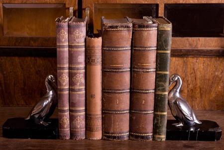 Antik alte Büchern auf Holztisch mit metallic Gänse unterstützt