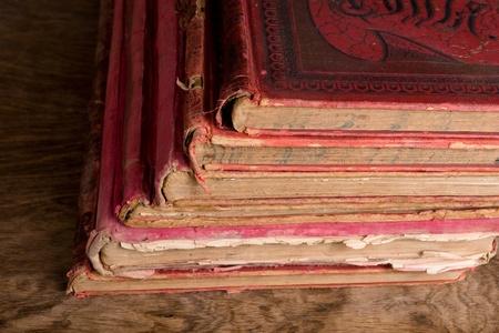 Antique verwendet kaum Bücher mit red Abdeckungen auf Holztisch Lizenzfreie Bilder