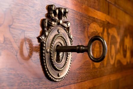hölzerne Schublade mit metallischen Onlay und Schlüssel im Schlüsselloch Lizenzfreie Bilder