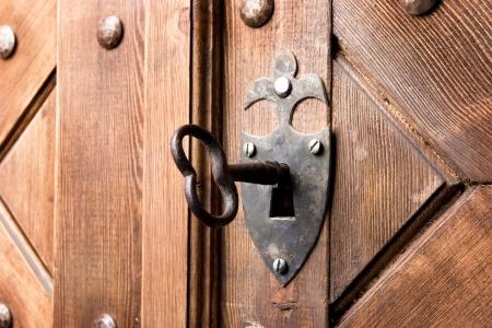 porte ancienne: antique �g�s de cl� dans la porte en bois solide