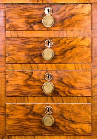 Holzgehäuse mit Schublade, schön mit Schlüssellöchern und Griffe texturiert