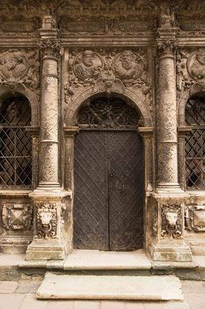 Stein Eingang in alte Kirche mit Säule und geschmiedeten Metall Tür