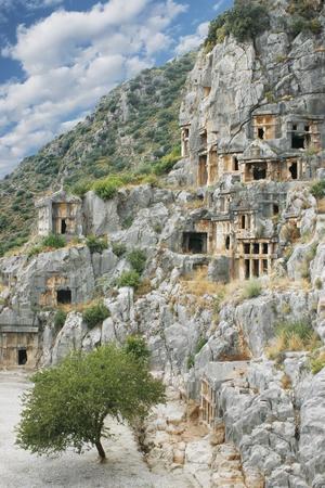 steinernen Stadt Demre in der Türkei Antalya in Gesteinen von Pflanzen und blauen Himmel oben gebogen umgeben