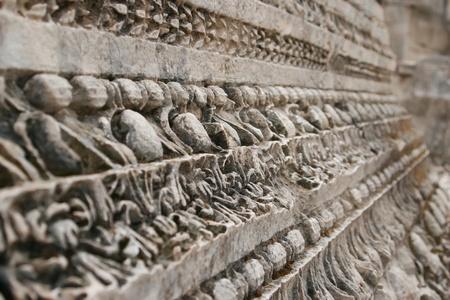 alte Muster auf Stein gebogen, die als Teil der alten Fassade verwendet