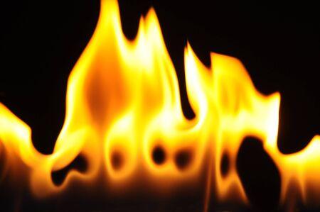 Petite flamme calme sans fumée sur fond sombre