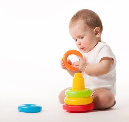 Encantador lindo bebé con un mono blanco