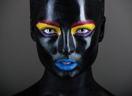 Nahaufnahmeportrait einer schönen Frau Standard-Bild