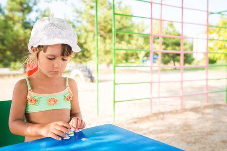 小逗人喜爱的女孩玩玩偶户外