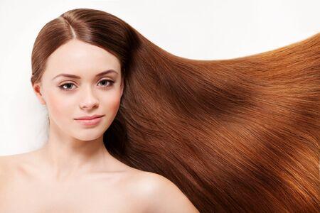Bella mujer con su largo cabello castaño Foto de archivo