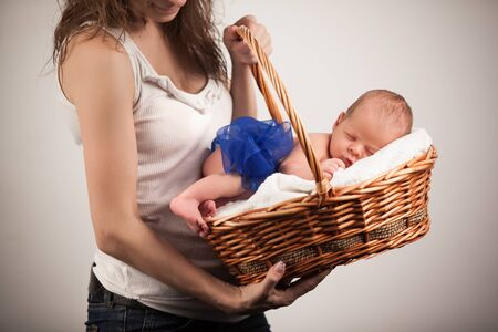 Madre, tenencia, canasta con, sueño, bebé