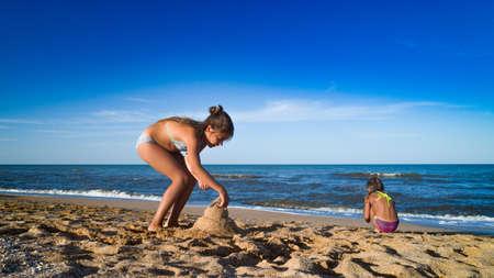 女孩正在建造沙堡
