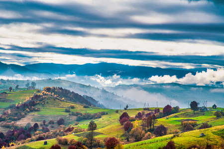 Beautiful nature of the carpathians in the hills of the sky, forests and a small village Imagens