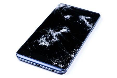 Modern LCD-aanraakscherm voor mobiele telefoons is gebarsten en gebroken na een val. Gebroken telefoon glas close-up bekijken, geïsoleerd op een witte achtergrond voor ontwerp.