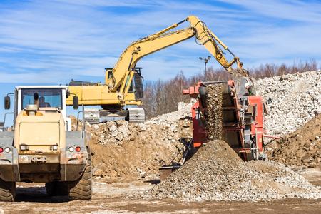 Crawler Mobile Crusher and excavator Crushing concrete