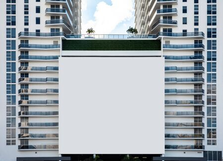 Empty white Billboard for presentation your design, Retail, advertising and commerce concept. Urban outdoor mockup. Foto de archivo - 133316038