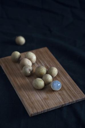 Longan fruit op een houten plank Stockfoto