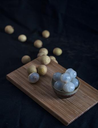 Longan vruchten op een houten bord