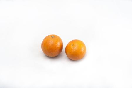 Sinaasappelen geïsoleerd op witte achtergrond