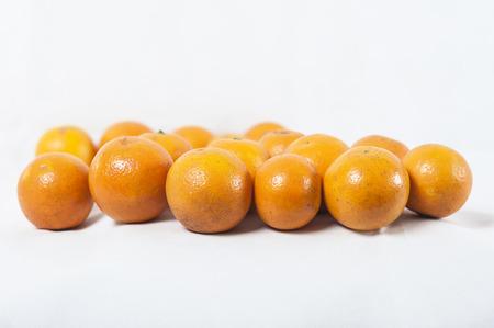 Sinaasappelen die op witte achtergrond worden geïsoleerd
