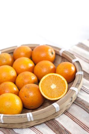Sinaasappelen in een bamboe mandje