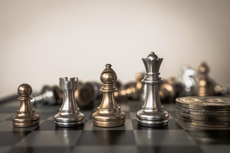 Koncepcja gry planszowej w szachy z pomysłami biznesowymi i znaczeniem sukcesu planu konkurencji i strategii. Zdjęcie Seryjne