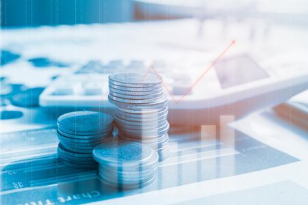 Schritt von Münzenstapeln auf Finanzbericht mit Taschenrechner, Gewinndiagramm des Börsenhandelsindikators finanziell Doppelbelichtungsart