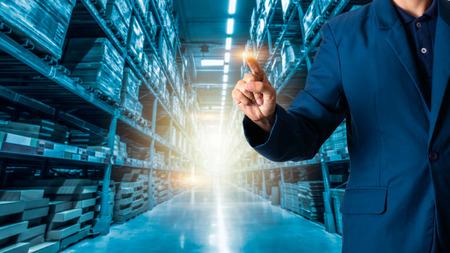 Il manager o il CEO dell'uomo d'affari le sue dita della logistica per i lavoratori con la logistica del magazzino del commercio moderno