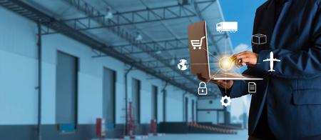 Un homme d'affaires utilisant un ordinateur portable vérifie les commandes de marchandises en ligne dans le monde entier pour un réseau avec la logistique d'entrepôt de Modern Trade. Industrie du concept de réseau logistique.