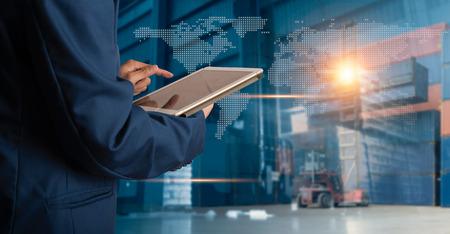 Geschäftsmann Manager mit Tablet-Check und -Kontrolle für Arbeiter mit Modern Trade Lagerlogistik. Industrie 4.0-Konzept