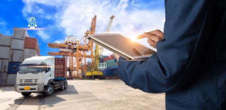 Concepto de logística empresarial, gerente de empresario mediante verificación y control de tableta para trabajadores con logística de almacén de comercio moderno. Concepto de industria 4.0 Foto de archivo
