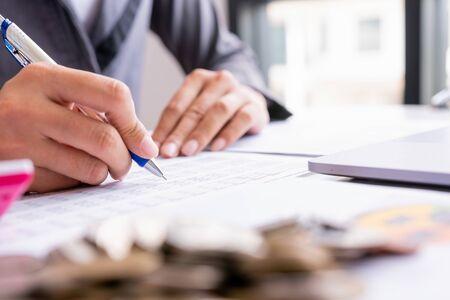 Concepto de auditoría, informe de marketing financiero de personas de negocios, cálculo de saldo. Documento de control de servicio.