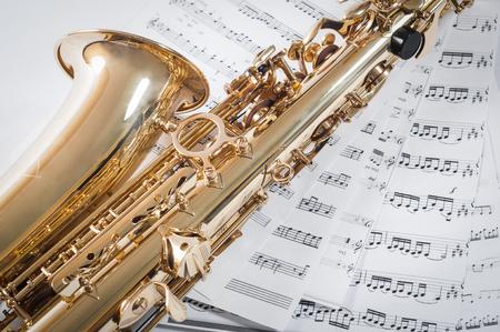 soprano saxophone: Parte del saxofón acostado en las notas. Foto de archivo