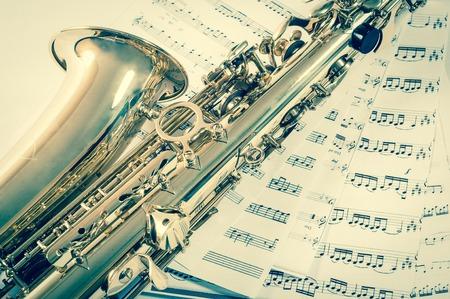 soprano saxophone: Parte del saxofón acostado en las notas. estilo vintage.