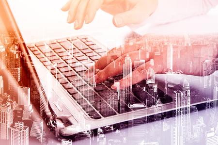 テクノロジー: ノート パソコンのコンセプトとして、近代的な技術をダブル露出する方法。