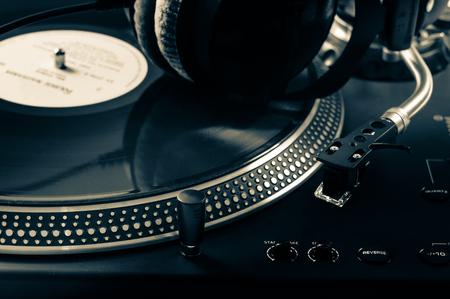 auriculares dj: Mezclador de DJ con los auriculares en discoteca