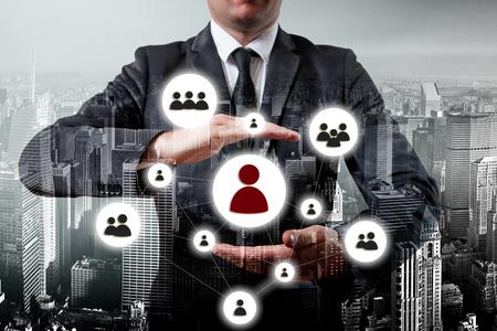 liderazgo empresarial: Mano hombre de negocios con la red icono - HR, gestión de recursos humanos, MLM, trabajo en equipo y concepto de la dirección.